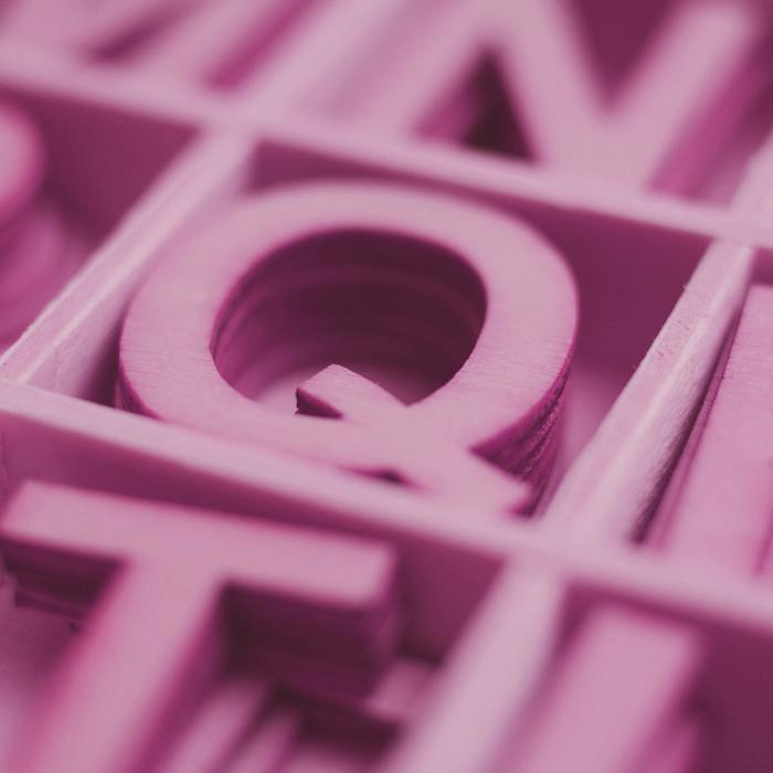 Jak wybrać firmowy font + fajne darmowe zestawy kobiecych fontów